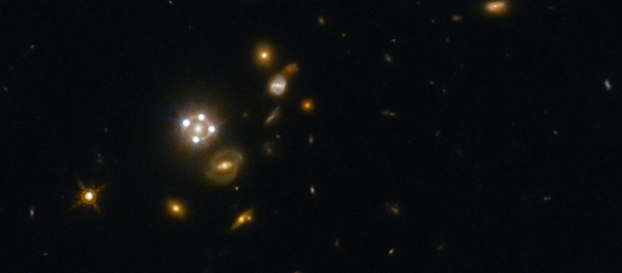 Le phénomène de lentille gravitationnelle démultiplie l'image d'un astre lointain. © ESA/Hubble/Nasa/Suyu