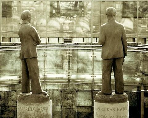 Statue de Stanislaw Lesniewski (à gauche), bibliothèque de l'Université de Varsovie.