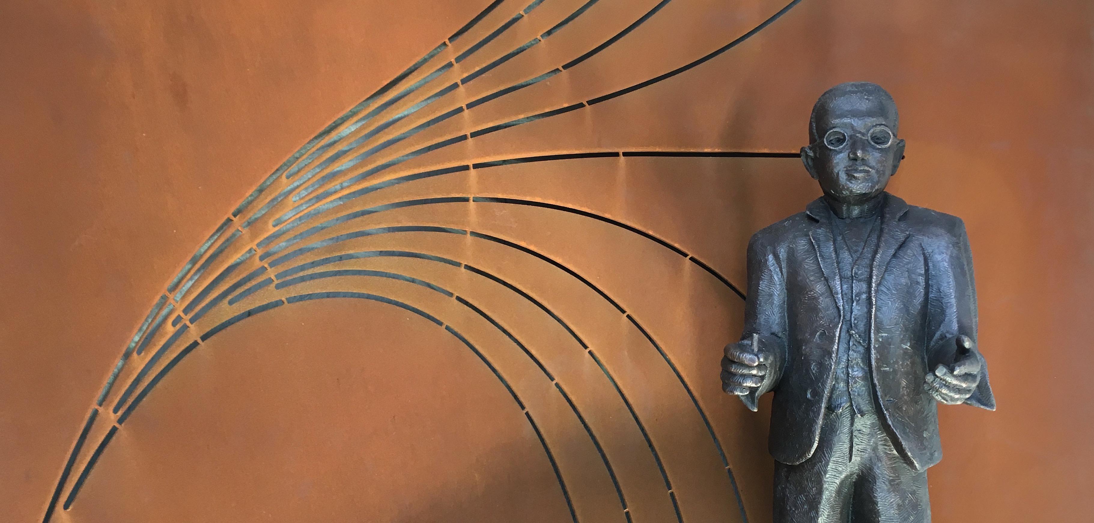 Sculpture en l'honneur de Georges Lemaître, place des Sciences, Louvain-la-Neuve.