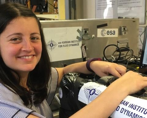 Le Dr Alessia Simonini (Institut von Karman), devant son expérience placée sur la table vibrante du VKI.