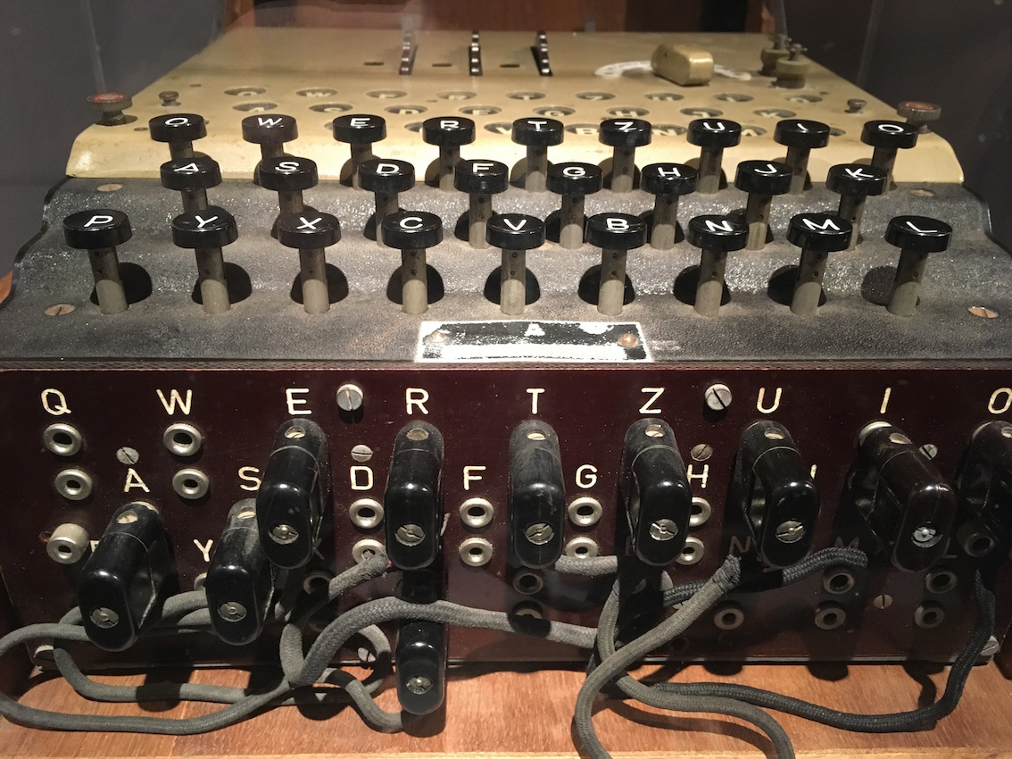 Machine Enigma exposée au Mundanéum.