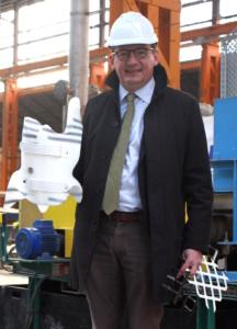 Francois Viérin, directeur de Vivatex, tient dans sa main gauche des exemples de rubans de composites préformés. Dans sa main droite, il présente le corset renforcé par de tels rubans. © Laetitia Theunis