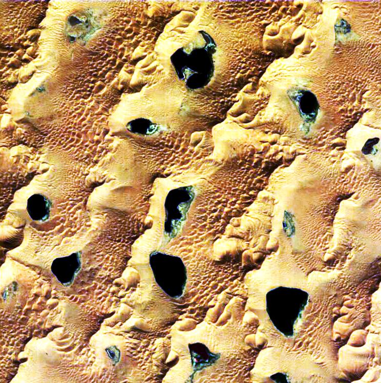 Désert du Gobi (Mongolie intérieure), où se situent les plus grandes dunes de la planète. Ici avec des lacs. Image prise en septembre 2005. © ESA