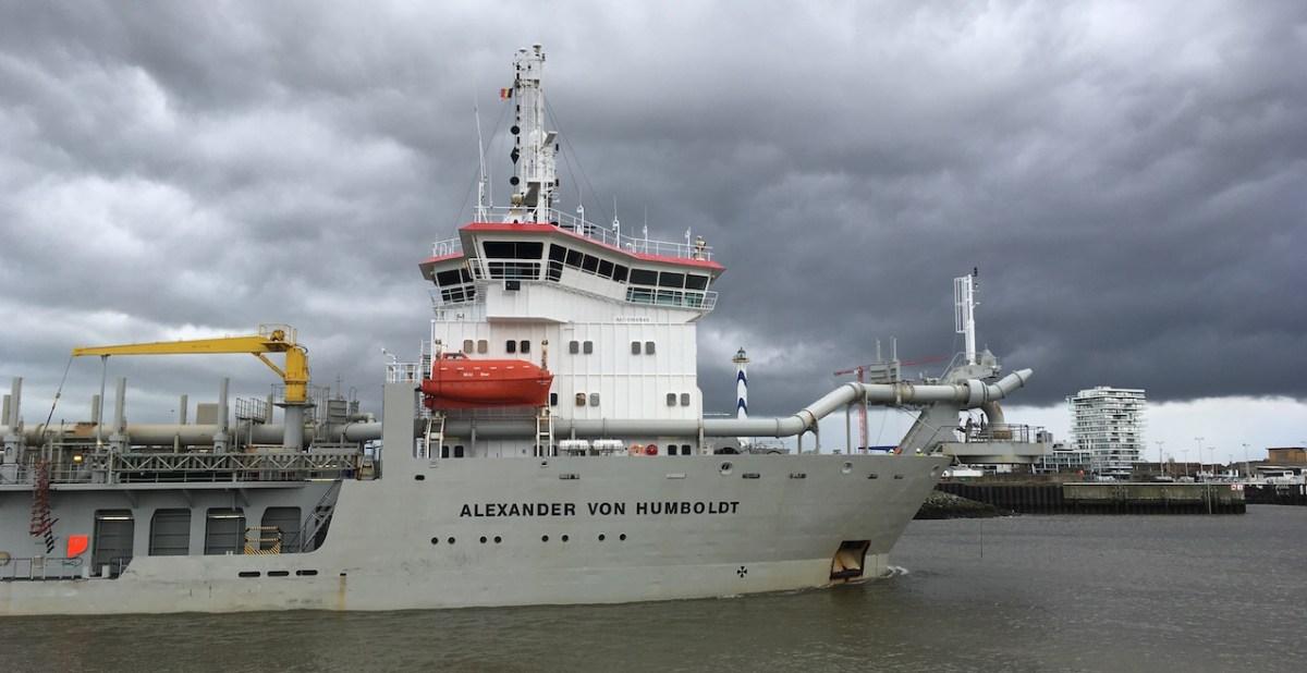 Le navire de dragage Alexander von Humboldt, qui prélève du sable au large, rentre au port. © DailyScience