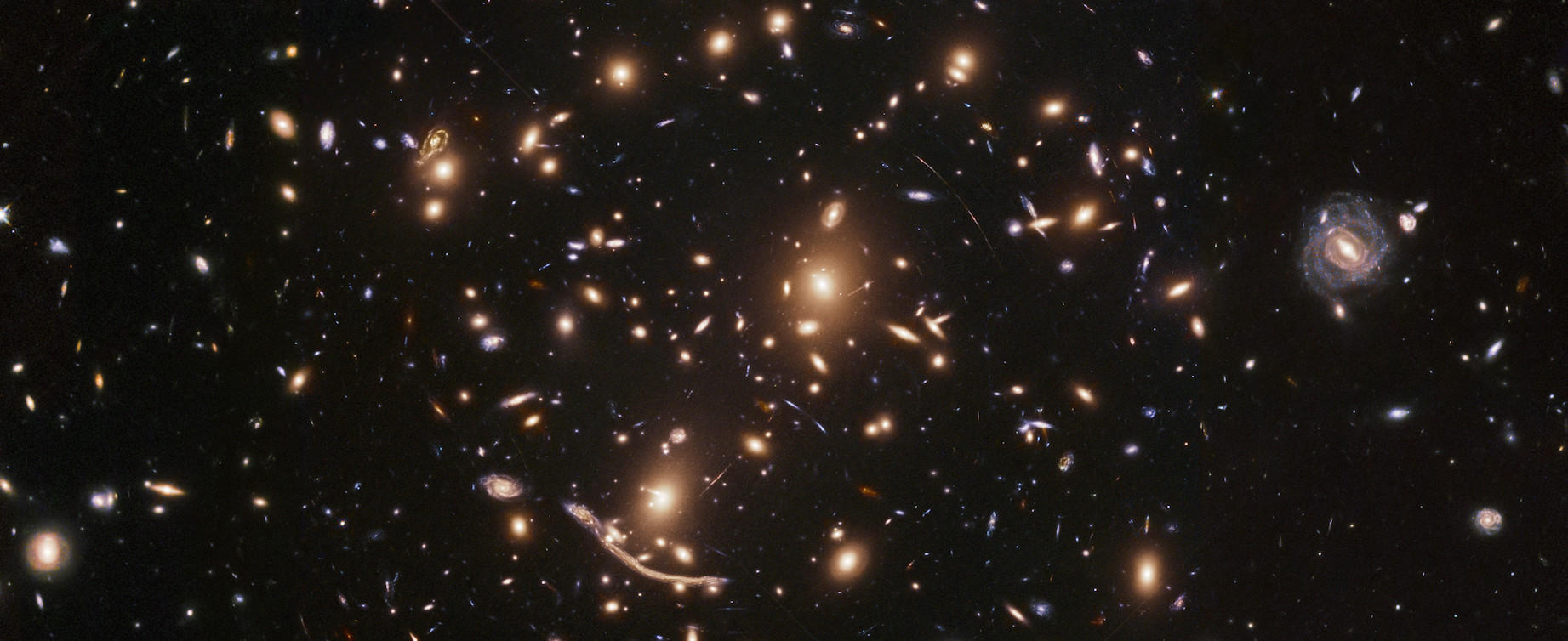 Amas de galaxies lointaines vues par le télescope spatial... Hubble.© ESA-NASA