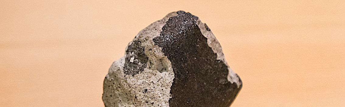 """« Tintigny », la sixième météorite belge, est une """"eucrite"""". Elle vient de l'astéroïde Vesta. © Thierry Hubin/IRSNB"""