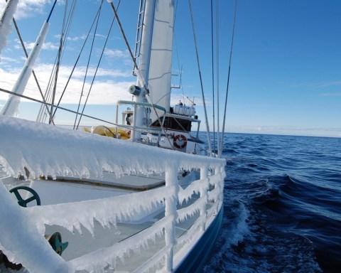 """Le voilier Australis va servir de moyen d'accès et de laboratoire aux chercheurs de l'expédition de biologie marine """"Belgica 121"""". © Ben Wallis"""