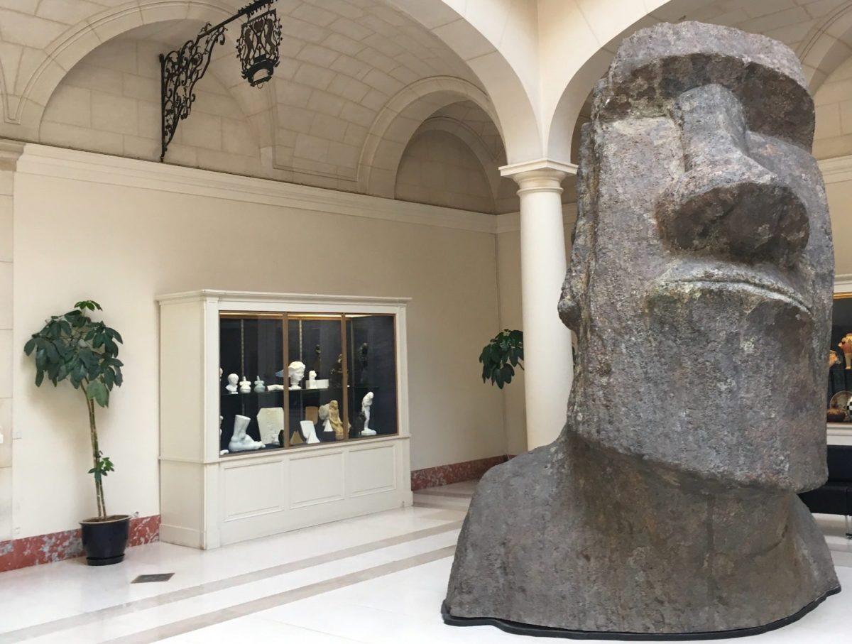 Moulage d'un Moai de l'île de Pâques, dans la salle de la boutique des Musées royaux d'Art et d'Histoire.