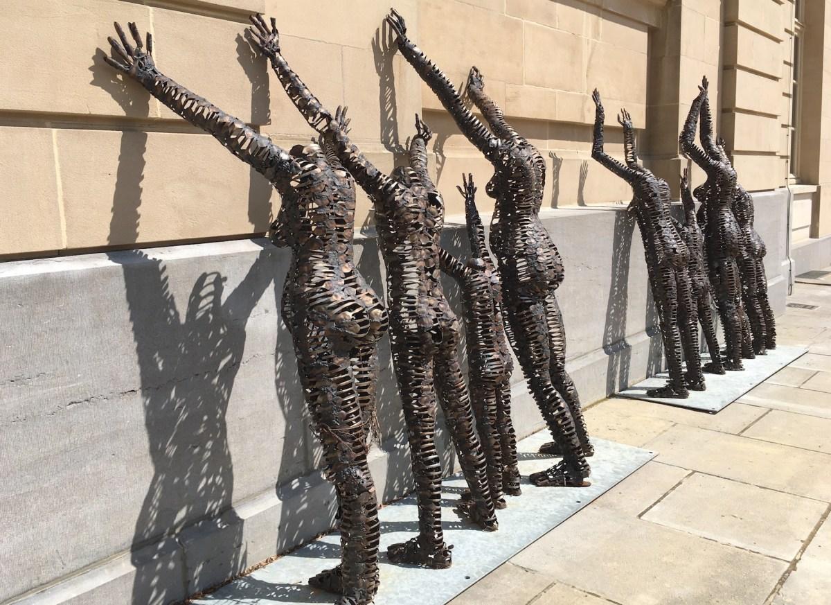 Sculptures de Freddy Tsimba, appuyées contre les murs de l'Africa Museum, juste en face du pavillon de la direction.