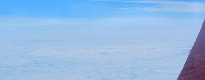 Le cratère d'impact potentiel tel qu'observé le 26 décembre par avion sur l'Ice Shelf Roi Baudouin. © Tobias Binder, AWI
