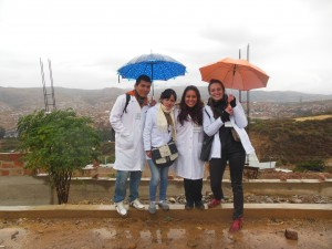 Anaïs Trigaux, étudiante à l'ULB à côté de trois membres du personnel de santé bolivien lors d'une campagne de sensibilisation au dépistage