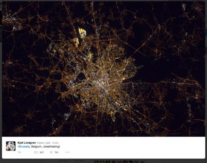 Bruxelles, la nuit, en automne 2015. Photo prise par l'astronaute américain Kjell Lindgren et diffusée sur son compte twitter. La zone lumineuse au-dessus de la ville est l'aéroport de Zaventem. © NASA