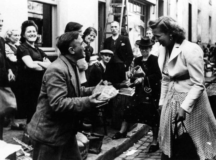 « Marché noir : une jeune femme achète du pain dans la rue des Radis à Bruxelles, 1943 ». Droits réservés (CegeSoma : n°28437).