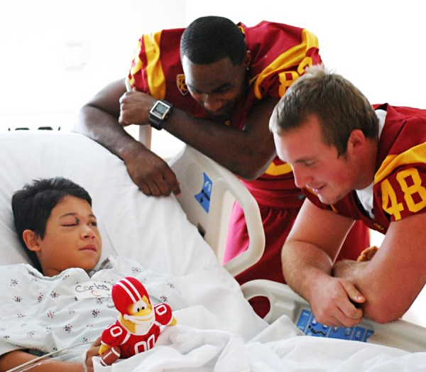 Trojans use day off to visit USC hospital | Daily Trojan
