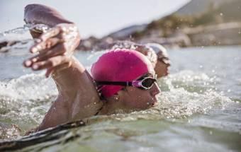 Nadar en el océano provoca cambios en la piel, según un estudio