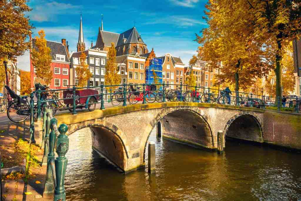 86   Bridges over canals in Amsterdam at autumn