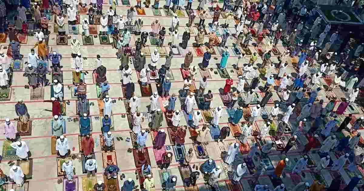 স্বাস্থ্যবিধি মেনে চান্দগাঁও আবাসিক জামে মসজিদ কমপ্লেক্সে নামাজ আদায়