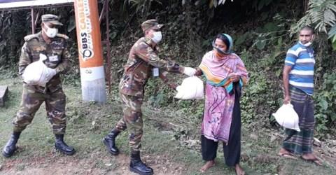 বান্দরবানে ঘরে ঘরে ত্রাণ পৌছে দিলাে বাংলাদেশ সেনাবাহিনী