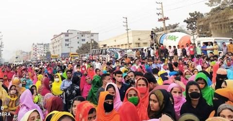 গাজীপুরে বকেয়া বেতনের দাবিতে ঢাকা-ময়মনসিংহ মহাসড়কে শ্রমিক বিক্ষোভ-অবরোধ
