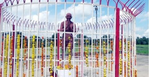 আত্রাইয়ে বর্ণাঢ্য আয়োজনে মহাত্মা গান্ধীর ভাস্কর্যের উদ্বোধন ও জন্মবার্ষিকী পালন