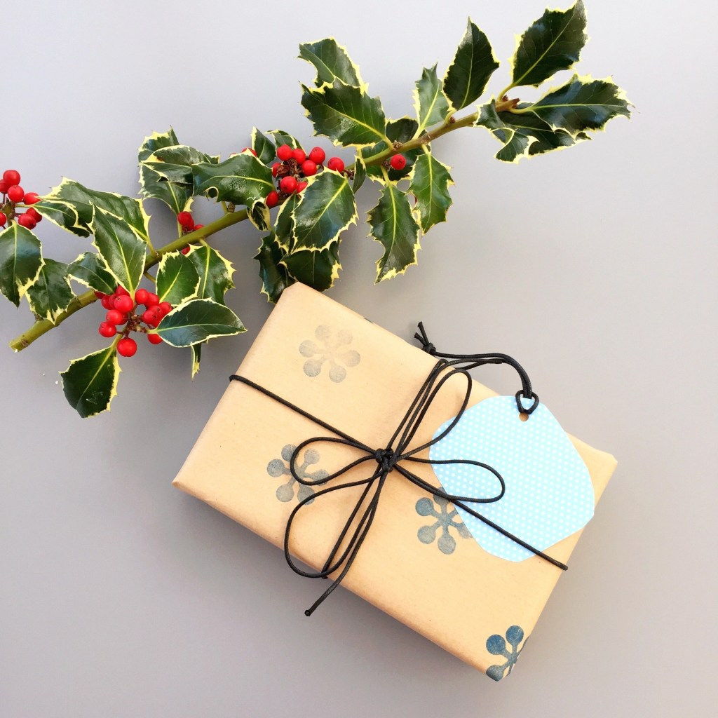 homemade festive gift wrap, homemade stylish gift wrap, ink stamp gift wrap, easy Christmas craft, daisies and pie