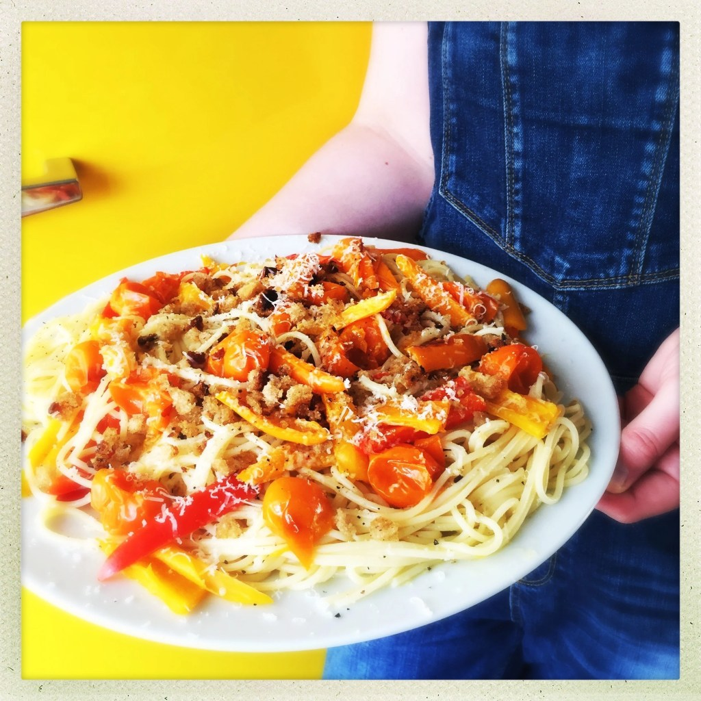 spaghetti with roast tomatoes and peppers, easy vegetarian pasta recipe, vegetarian spaghetti recipe, easy pasta dish, summer spaghetti recipe, summer italian recipe, easy family food from daisies and pie