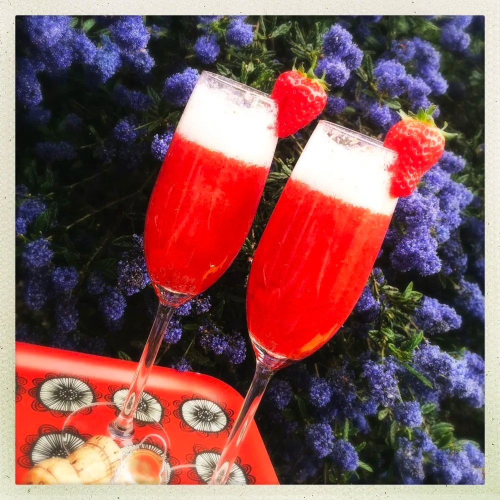 Strawberry Spritzer recipe, how to make strawberry prosecco cocktails, summer party drinks