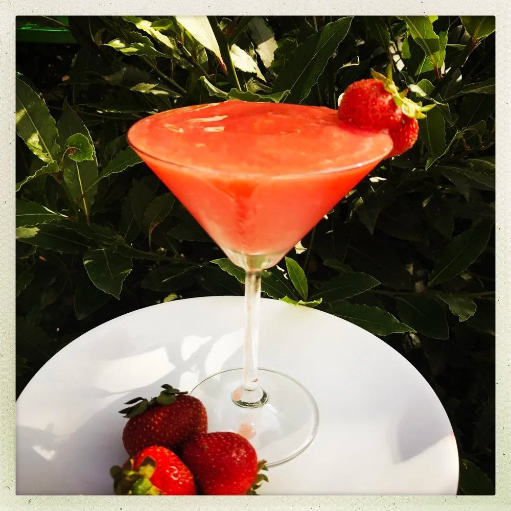 Frozen strawberry daiquiri, frozen cocktail recipes, summer party drinks