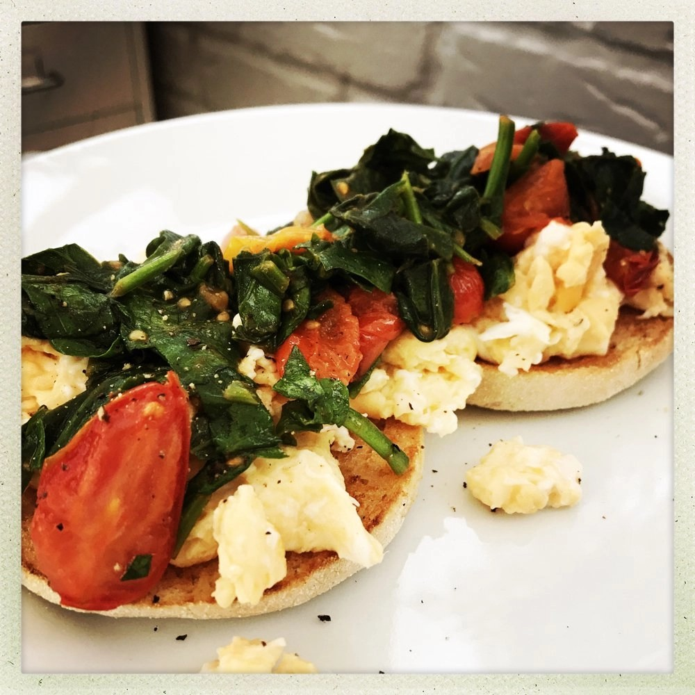 Scrambled egg muffins with spinach and tomatoes