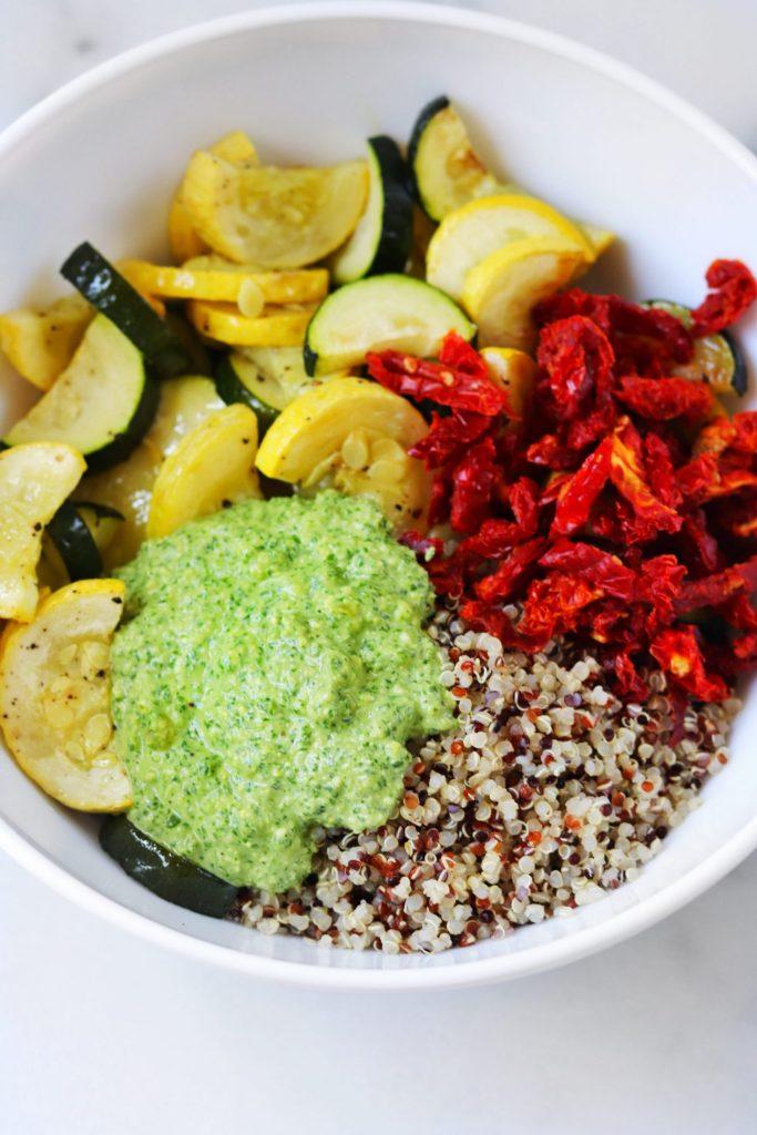 Pesto zucchini quinoa salad - Daisybeet