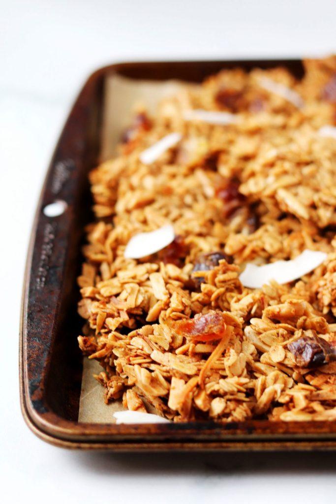 Coconut chai spiced granola - Daisybeet