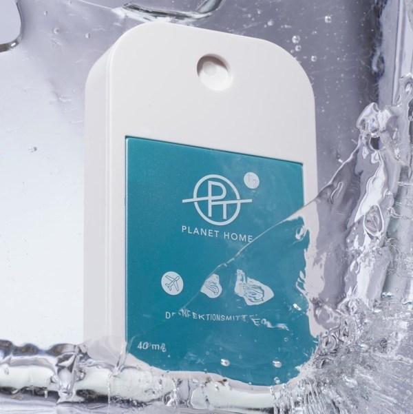 Desinfektionsmittel 'PLANET HOME to go' für Unterwegs in einem handlichen Designsprayer in einem Wasserbehälter