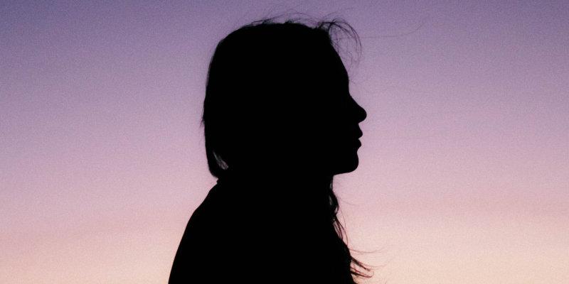 Jak poradzić sobie z trudnymi wspomnieniami z dzieciństwa?