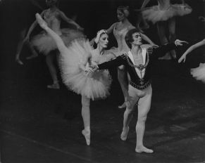 Cynthia Gregory as Odette and Rudolf Nureyev as Prince Siegfried in Swan Lake. Photo Martha Swope ABT