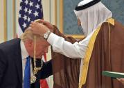 Donald Trump bows to Saudi king, gets gold necklace, 2017.05.20.