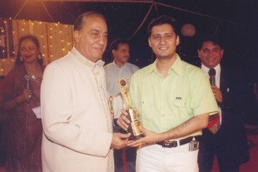 Dale Bhagwagar receives the Hum Log Showbiz Award from Mohan Mirchandani.