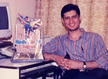 Dale Bhagwagar with a memento from makers of the Govinda-Rani Mukerji superhit 'Hadh Kardi Aapne'.