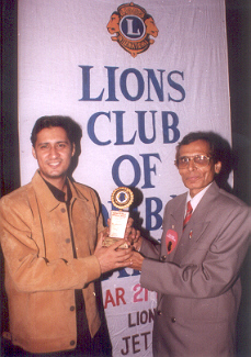 Dale Bhagwagar receives a Lions Club Award from Umesh Malviya, for excellence in Entertainment PR. - Pic 7.