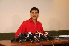 red Dale Bhagwagar announces Shilpa Shetty's victory in Big Brother holding a Press Conference for the Indian media in Mumbai.