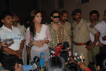 shilpa Dale Bhagwagar stands in support as client Shilpa Shetty addresses the media on Richard Gere controversy. - Pic 1