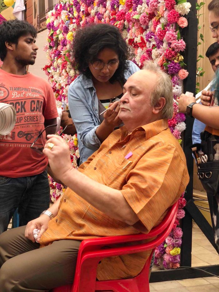 Preetisheel Singh working on Rishi Kapoor's look on the sets of 102 Not Out. - Pic 3