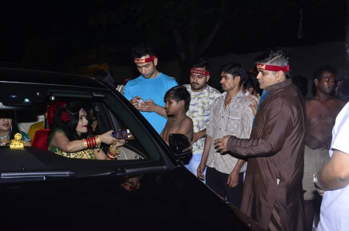 Radhe Maa does charity on Diwali in Borivali, Mumbai. (5)