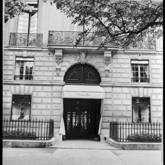 The façade of 30 Avenue Montaigne, Paris, about 1947. Photograph by Willy Maywald. © Association Willy MaywaldADAGP, Paris 2018_low res