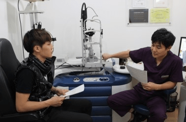 130214-simon-eye-checkup_2