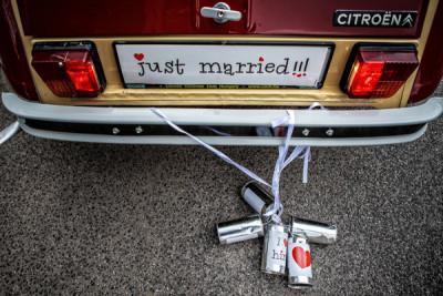 Konzervdobozok az esküvői autó után kötve - hogy elriasszák a zajjal a rossz szellemeket