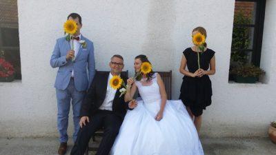 Jobbról: esküvőszervező, a pár, ceremóniamester