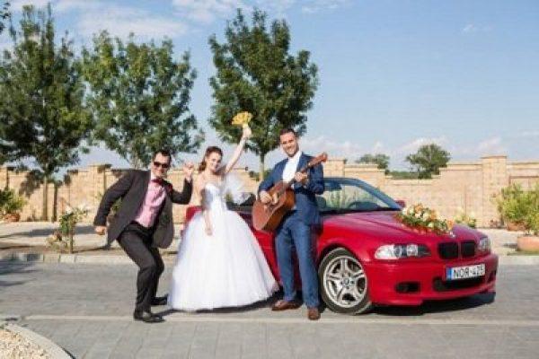A közös esküvőn készült az elmaradhatatlan gitáros kép a párral és ceremóniamesterrel