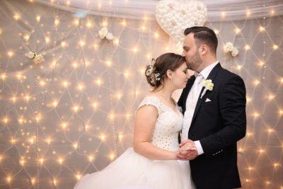 Hamupipőkés esküvőn a vőlegény kitűzője