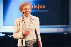 Takács Zsuzsa vette át az egyik irodalmi díjat Tiltott nyelv című kötetéért.