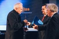 Hollós Máté és Szinger András átadják a díjat Huszár Lajosnak.